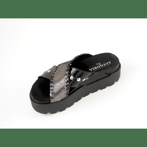 Sandalia goma alta cuero negro con tachas y plata