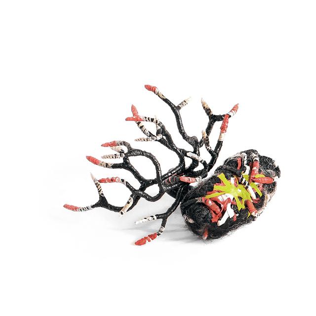 Bicho Raro negro con rojo