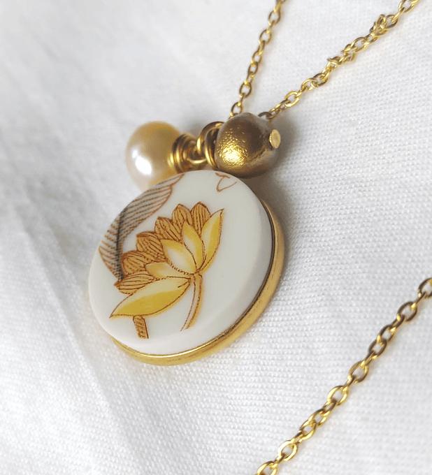 Collar dorado de porcelana y perlas crema & dorado