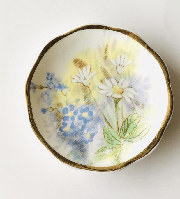 """Inglaterra, plato decorativo, """"Margaritas"""", 5,5 cm."""