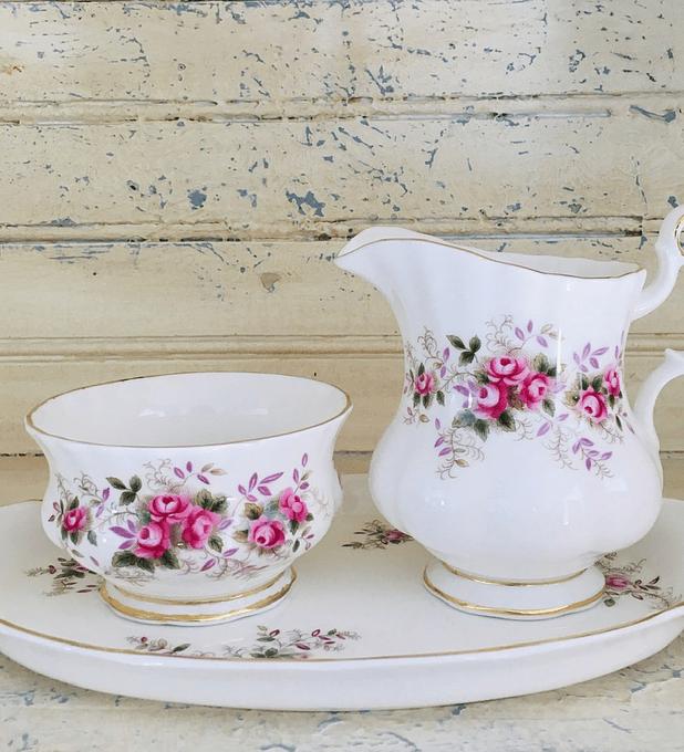 Royal Albert, Inglaterra,  'Lavender Rose', set cremero (140cc), azucarero & bandeja, 1961 - 2009