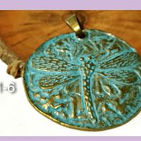 Colgante con libélula envejecido con tonos turquesa, 64 mm de diámetro por unidad