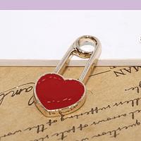 Dije esmaltado, en forma de gancho con corazón rojo, 26 x 12 mm, por unidad