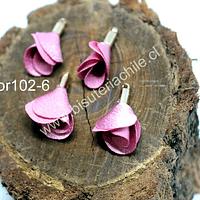 Borla de en forma de flor, color rosado, en base dorado, 26 mm de largo x 13 mm de ancho, ser de 4 unidades