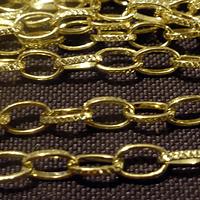 Cadena dorada con diseño, eslabón de 8 mm de largo por 5 mm de ancho, por metro