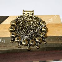 Colgante dorado con diseño, 50 mm de ancho x 57 mm de alto, por unidad