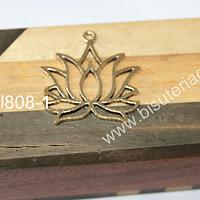 Colgante dorado en forma de flor de loto. 35 x 35 mm, por unidad