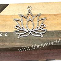 Colgante plateado en forma de flor de loto. 35 x 35 mm, por unidad