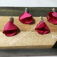Borla de en forma de flor, color fucsia, en base plateada, 26 mm de largo x 13 mm de ancho, ser de 4 unidades