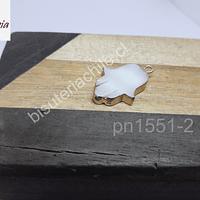Dije de nácar en forma de mano de hamsa, borde dorado, 19 mm x 15 mm, por unidad