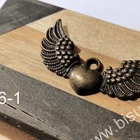 Colgante envejecido corazón detente con alas, 43 x 25 mm, por unidad