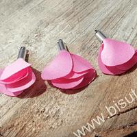 Borla de en forma de flor, color rosado, en base plateado, 26 mm de largo x 13 mm de ancho, ser de 4 unidades