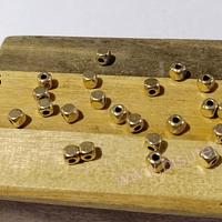 Separador dorado, 4 x 4 mm, agujero de 1,5 mm, set de 20 unidades