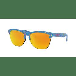 Oakley Frogskins Lite Splatter Sky Blue lente Fire Iridium cod. OO9374-1463
