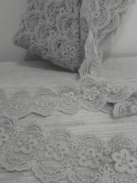 Renda de tule bordado (entremeio)