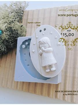 Base de menina em oração