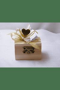 C15013 - Mini baú em madeira decorado em dourado com corações