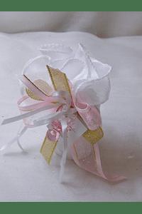 C15218 - Vela cilíndrica em bolsa de cetim decorado a rosa
