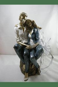 M15505 - Estatueta em resina de casal sentado numa pedra, decorada