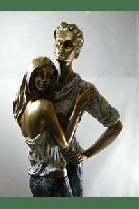 M15510 - Estatueta em resina com casal abraçado decorada em dourado