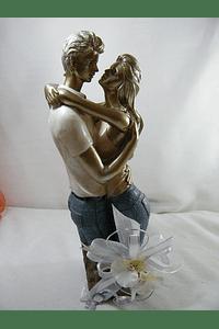 M15508 - Estatueta em resina de casal abraçado decorada em prata