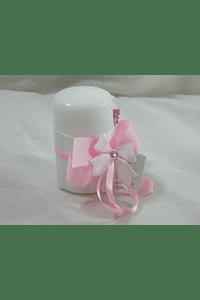 C15233 - Vela cilíndrica decorada em rosa com bebé e laço