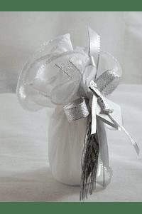 C15334 - Vela cilíndrica em saco tecido decorada em prata