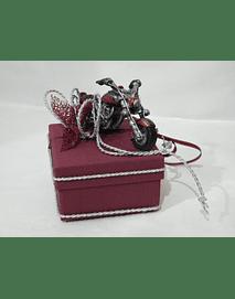 L2004 - Caixa cartão quadrada Bordô decorada com moto