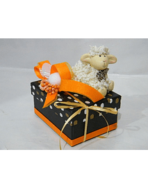 P20115- Caixa retangular pequena em cartão decorada com ovelha.
