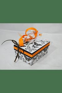 P20114 - Caixa retangular pequena em cartão decorada em tons de laranja.