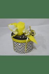 P20208 - Caixa cartão redonda decorada em tons de amarelo.