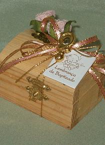 C2201- Baú madeira decorado com flor e chupeta