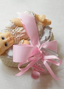 C15214 - Bebé deitada em alcofa decorada a rosa