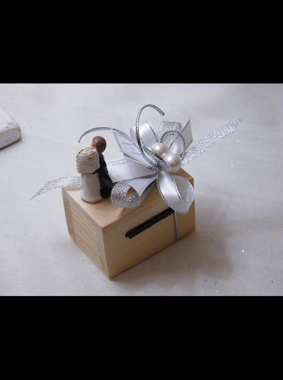 C15008 - Mini baú de madeira decorado a prata com mini noivos