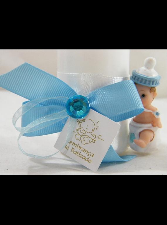 C15232 - Vela cilíndrica branca decorada em azul com bebé biberão