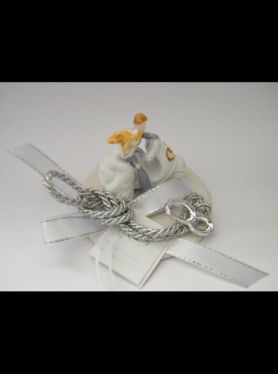C18007 - Noivos na mota sobre base branca decorada