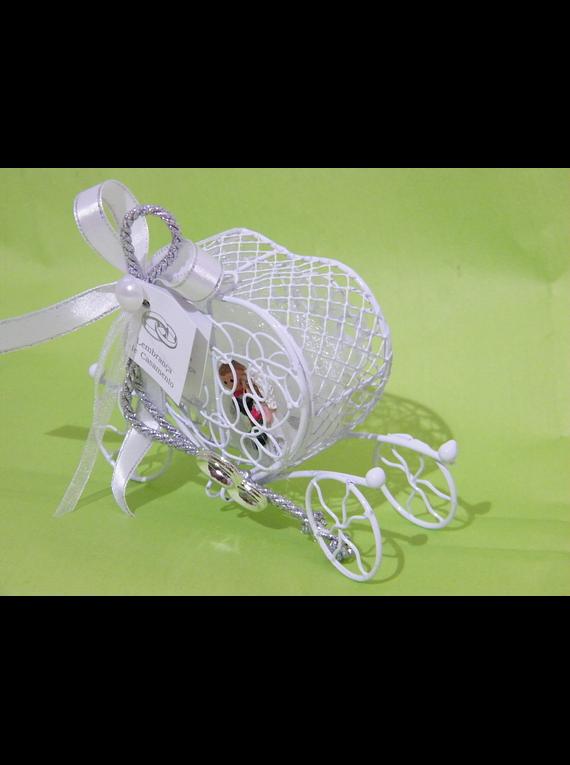 C18010 - Coche branco com noivos decorado