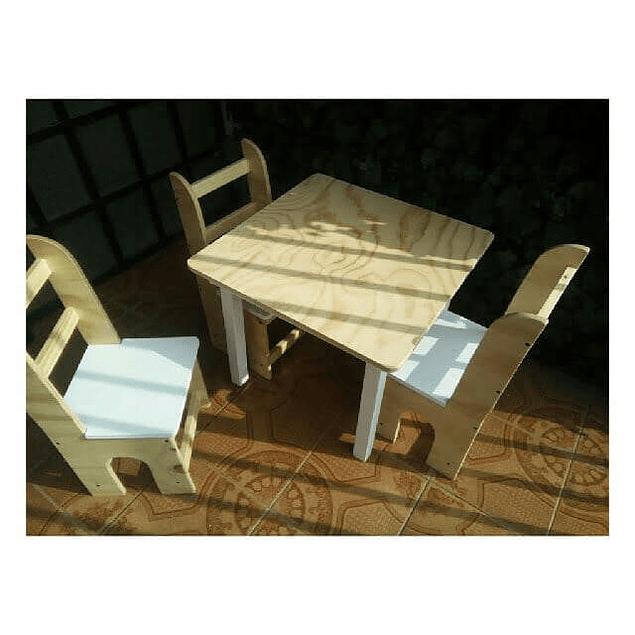 Mesa de madera con 4 sillas para niños