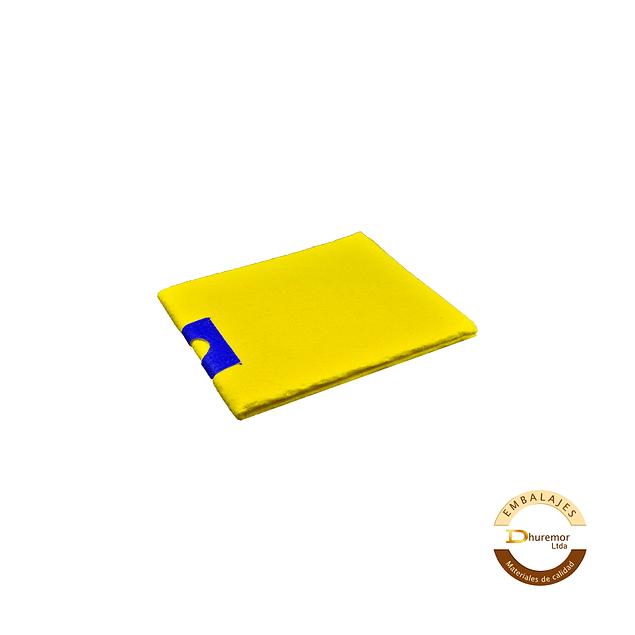 Trapero amarillo con ojal