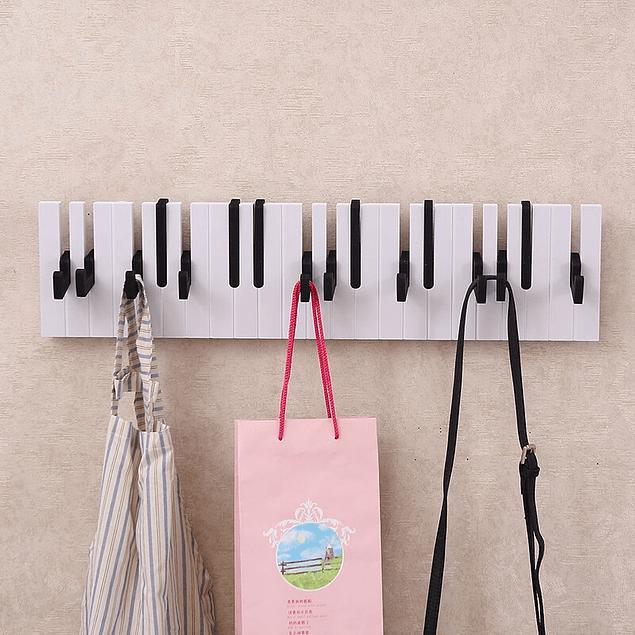 Perchero de pared con forma de piano