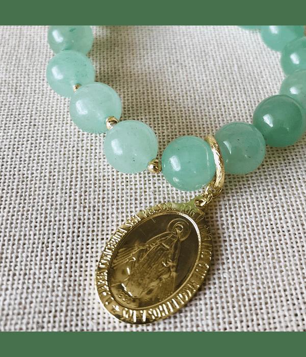 Pulsera en Piedras Naturales Jade Verde con Vigen de la Medallita Milagrosa