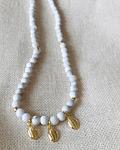 Collar de Howlita Blanco con Dijes de conchitas Mini
