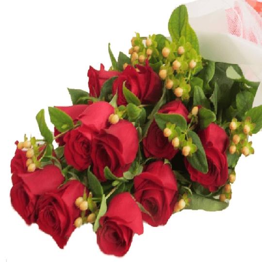 Ramo de 12 Rosas con Hipericum