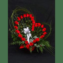 Arreglo en forma de corazón con 25 rosas rojas