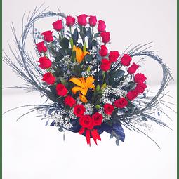 Arreglo en forma de corazón con 25 rosas y liliums