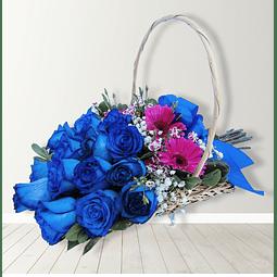 Cesta con 15 rosas azules