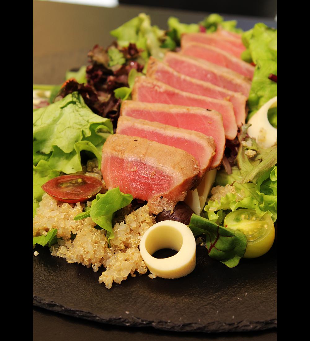 Ensalada mixta de tataki de atún y aderezo a elección