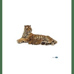 Papo Lying Tigress Nursing /  Tigresa acostada amamantando