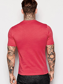 Camisa roja con cuello redondo