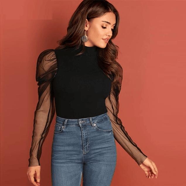 Blusa de moda negra con manga transparente